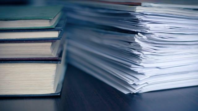 Dokumente neben Büchern.