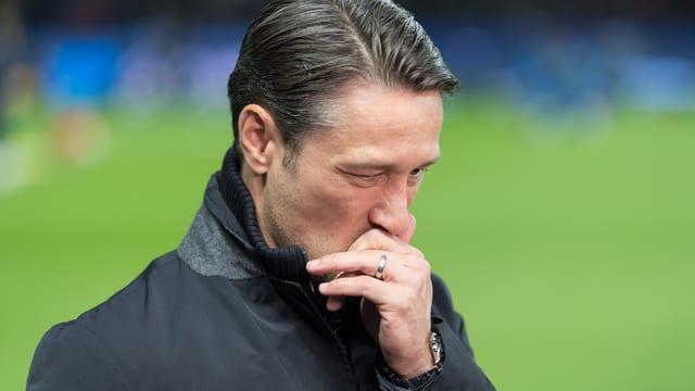 Bayerns-Trainer Niko Kovac schreitet enttäuscht davon.