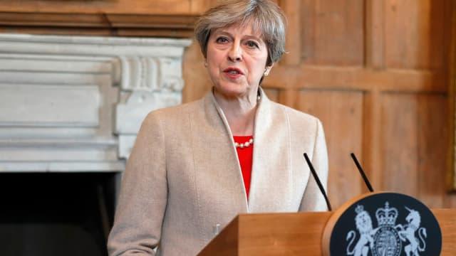 Theresa May an einem Rednerpult.