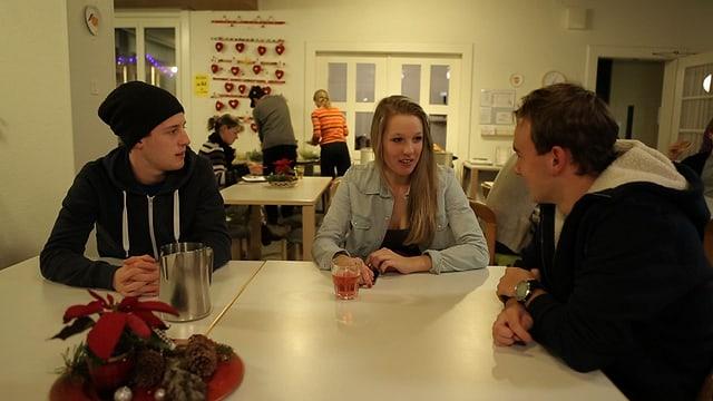 Jason, Noemi und Marc in der Mensa im Sportgymnasium in Davos.