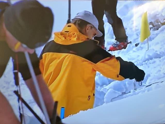 Forscher des Institutes für Lawinen und Schneekunde graben einen Schacht in den Schnee.