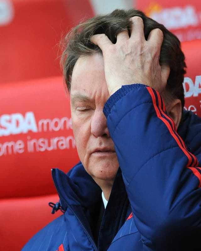 Louis van Gaal fasst sich mit der linken Hand frustriert an die Stirn.