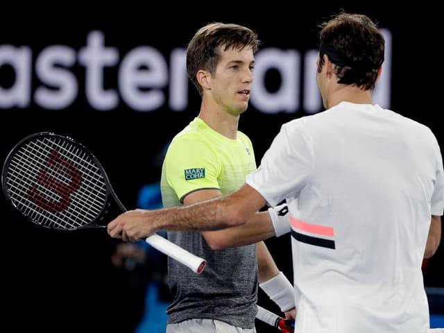 Aljaz Bedene und Roger Federer mit dem Shakehands nach dem Spiel