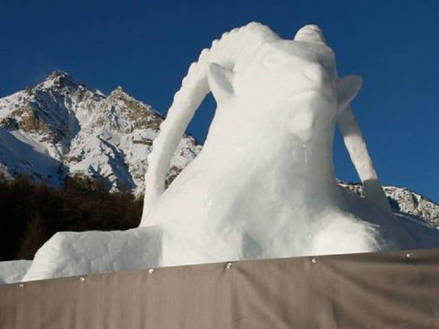 Ein Steinbock aus Schnee.