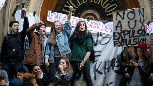 Schüler blockieren den Zugang zu ihrem Lycée und skandieren mit erhobenen Fäusten ihre Slogans.