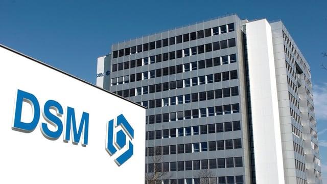 Hauptsitz mit Firmenschild im Vordergrund.