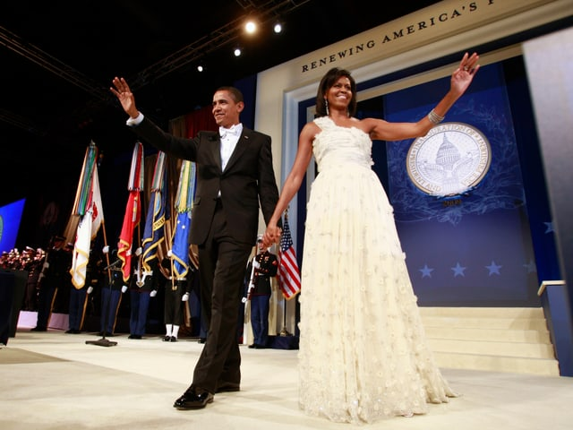 Obama und seine Frau Michelle winken am Inaugurationsball in Washington