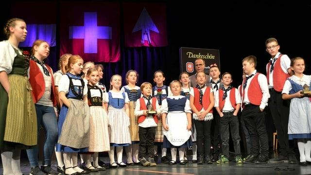 Siegerfoto: Gewinnerinnen und Gewinner des Folklorenachwuchs stehen auf der Bühne.