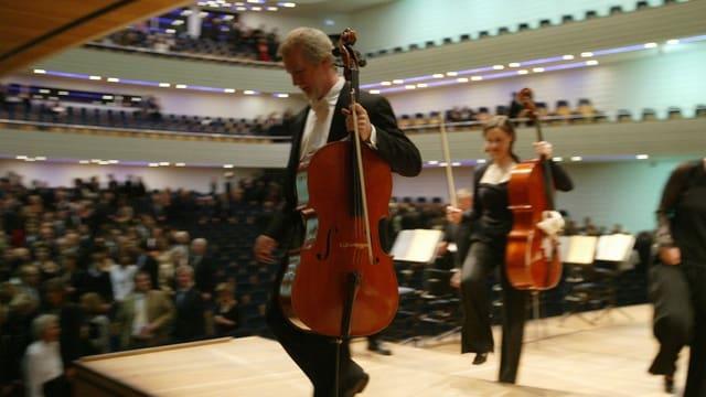 Die Musikerinnen des Chicago Symphony Orchestra verlassen den Konzertsaal im KKL von Luzern.