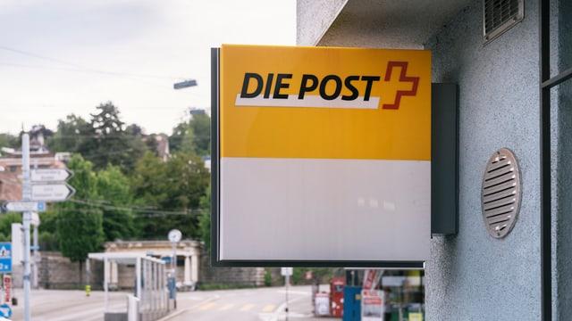 Schild einer Postfiliale.