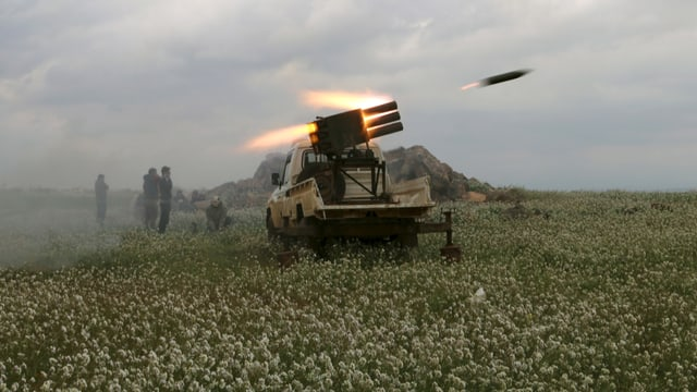 Rebellen gegen Damaskus feuern eine Rakete ab.