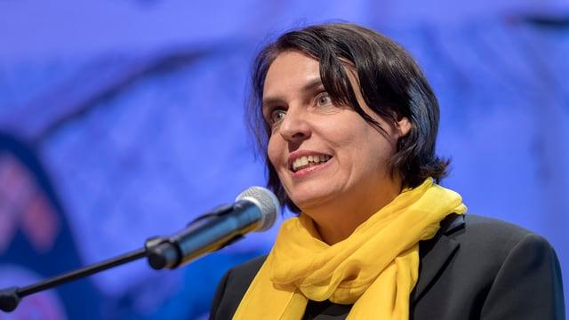 Elisabeth Ackermann hält eine Rede.