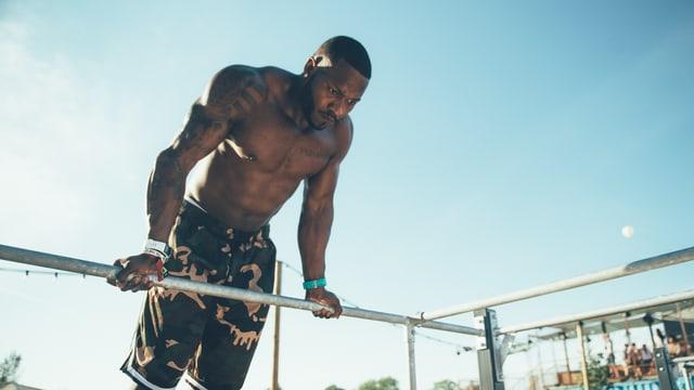 Mann trainiert im Gym vom Openair Frauenfeld.