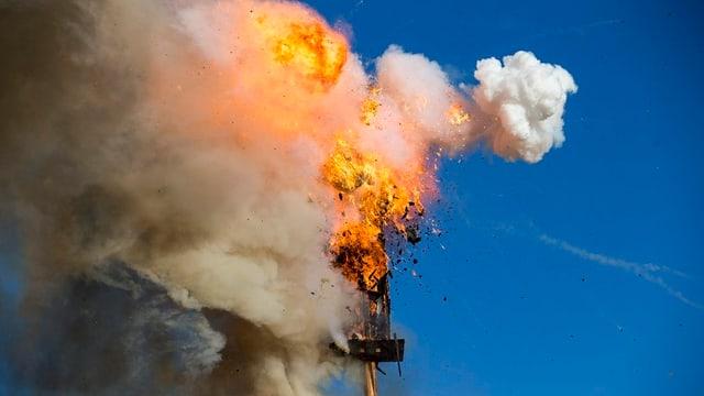 Der Feuerball bei der Explosion des entscheidenden Böllers im Hals des Böögs.