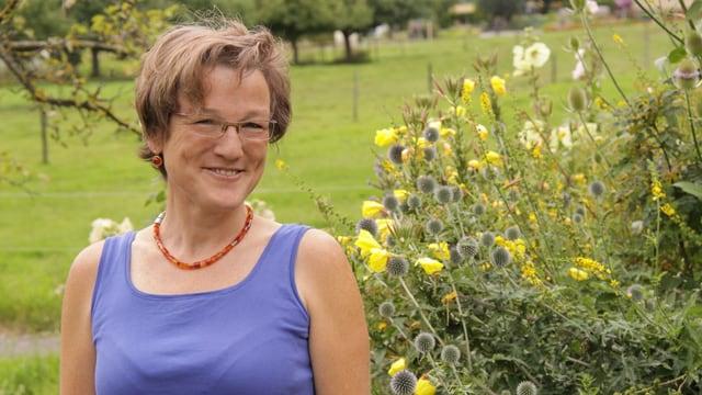 Silvia Meister posiert im Garten.