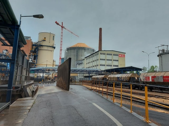 Blick auf das Anlieferungsareal mit Bahngleisen in Aarberg.