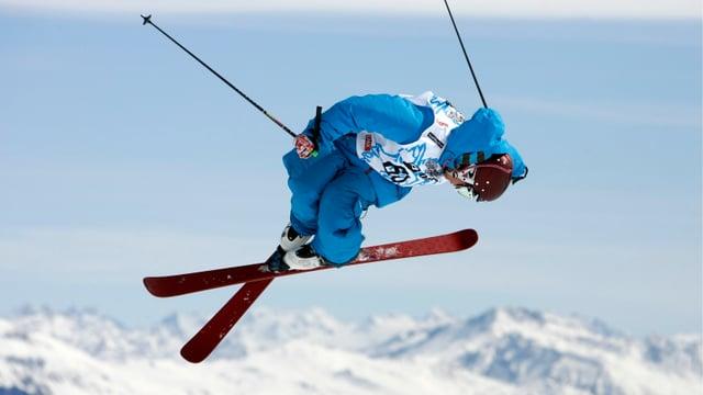Ein Freeskier in der Luft.
