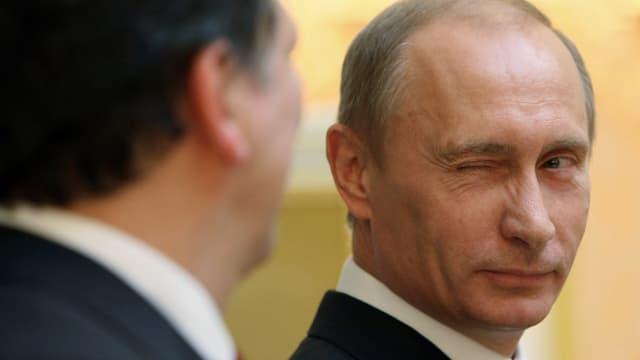 Vladimir Putin zwinkert.