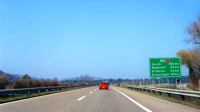 totes Auto fährt auf Autobahn
