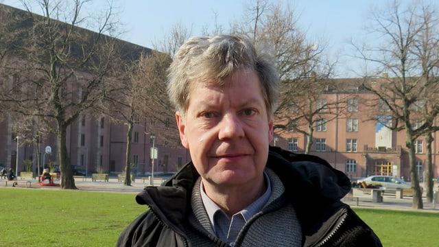 Christian Zingg auf der Wiese des Kasernenareals.