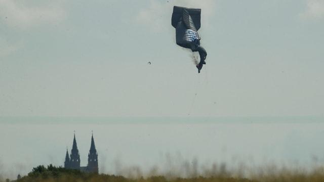 Ein Zeppelin nahe des Golfkurses.