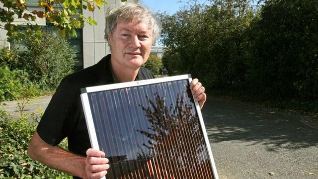 Der deutschstämmige Chemiker Michael Grätzel mit dem Modell einer Solarzelle, die von ihm erfunden wurde.