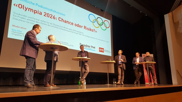 Ils participants al podium: da sanestra Peter Peyer, Silvia Semadeni, Reto Stifel e David Spinnler (moderaturs), Duri Campell e Michael Pfäffli