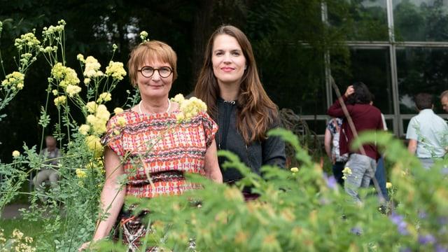 Zwei Frauen im Garten