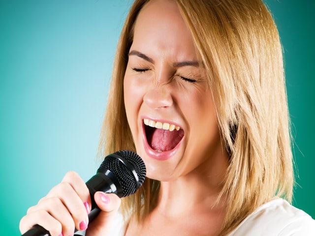 Mädchen, das laut singt.
