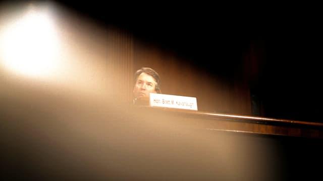Der US-Richterkandidaten Brett Kavanaugh im Gegenlicht einer Lampe.