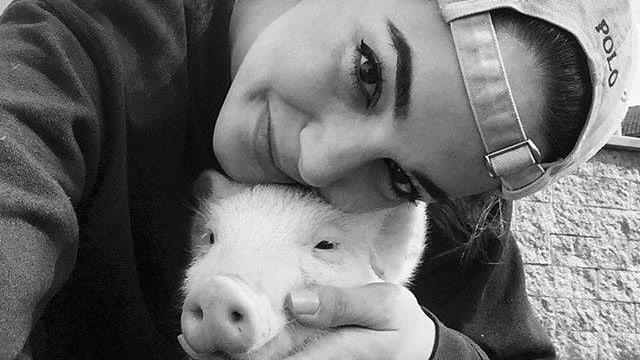 Laetitia Guarino mit ihrem Hausschwein