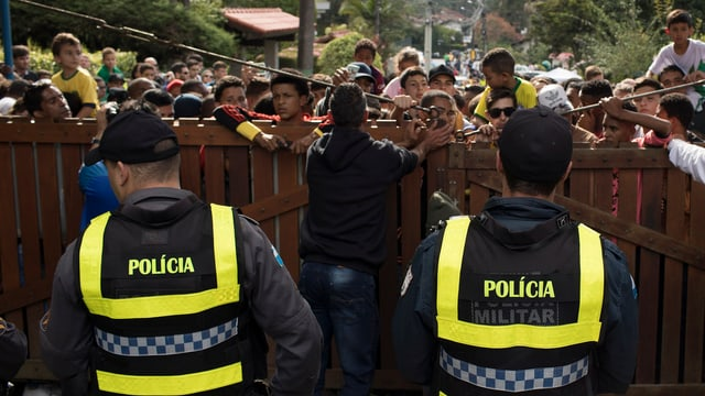 Die Polizei versucht den Massenandrang zu kontrollieren.