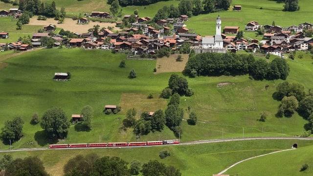 Ein Zug der RhB fährt durch das Prättigau.