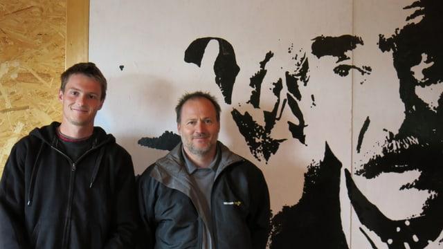 Vincent und Patrick Neuhaus vor einem Bild von Jean Tinguely.