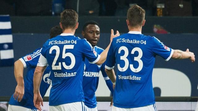Die Schalke-Spieler feiern den Treffer zum 1:0.