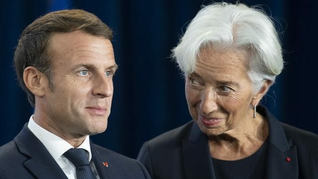 Christine Lagarde blickt Emmanuel Macron an bei einer Zeremonie zur Feier des Wechsels an der Spitze der EZB in Frankfurt.