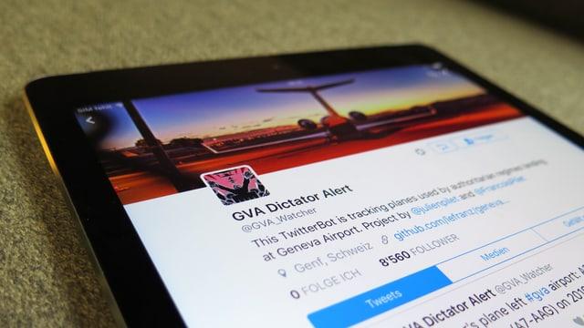 Ein iPad mit dem Twitter-Account @GVA_Watcher auf dem Display
