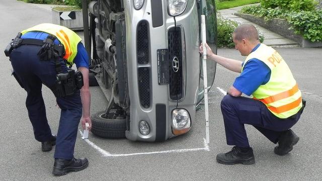 Polizisten auf einer Unfallstelle