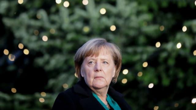 Symbolbild: Merkel von einem beleuchteten Tannenbaum