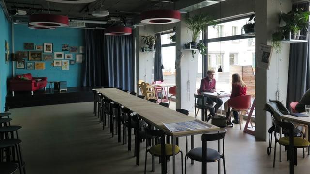 Gemeinschaftsraum mit langem Tisch.