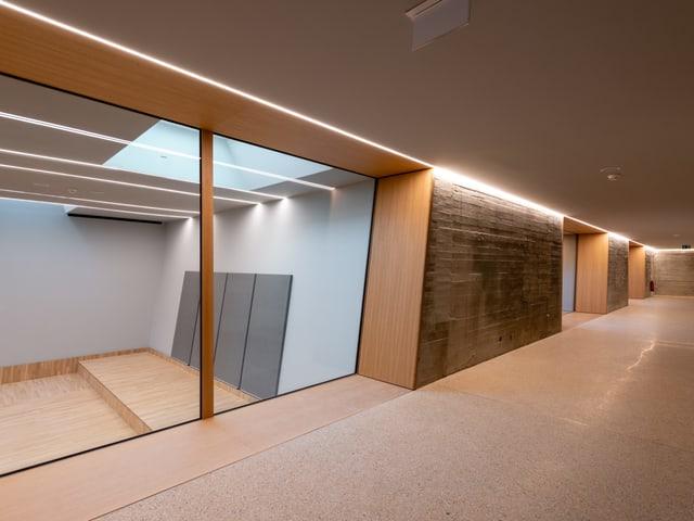 Schlichte Räume mit Oberlicht.