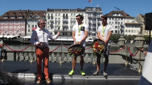 Mario Gyr und Simon Schürch werden von Stadtpräsident Stephan Roth (l) begrüsst.