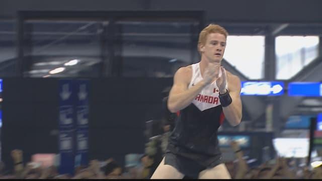 Der Weltmeister jubelt nach seinem Sprung über 5.92 m.