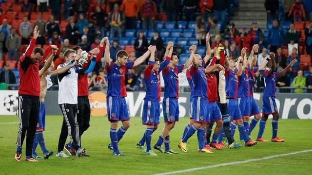 Die Basel-Spieler lassen sich nach dem Einzug in die CL-Gruppenphase feiern.