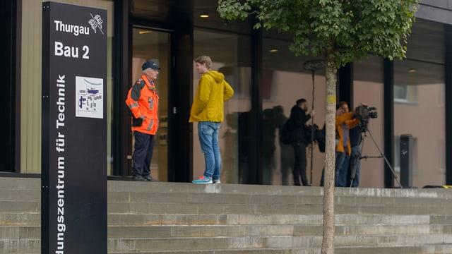 Polizisten und Journalisten warten im Oktober 2015 in Frauenfeld auf den Beginn des Flowtex-Prozesses.