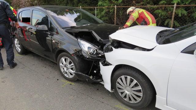 Zwei Autos, welche frontal kollidierten
