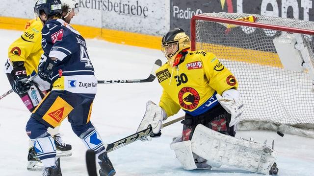 La partida da EV Zug vs SC Berna en acziun cumplaina.