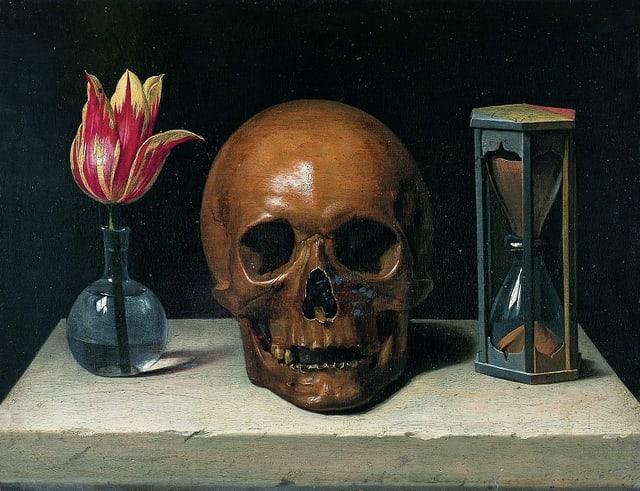 Von links nach rechts: eine Vase mit einer blühenden Tuple, ein Totenschädel, eine Sanduhr.