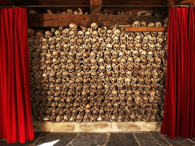 Aufgetürmte Totenschädel im Beinhaus von Leuk