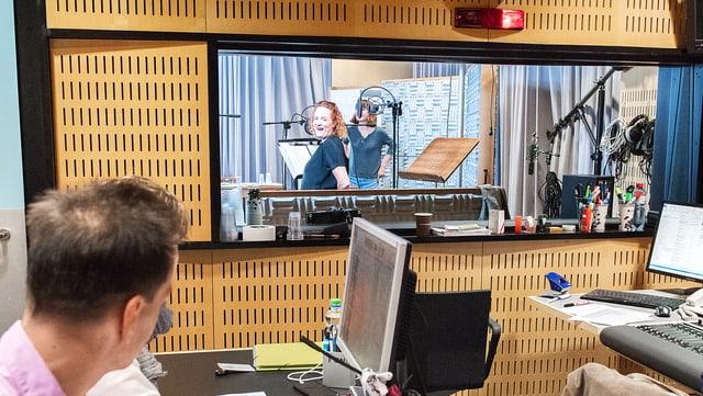 Im Hörspiel-Studio: Co-Regisseur Mark Ginzler gibt den Schauspielern im Aufnahmeraum Anweisungen.